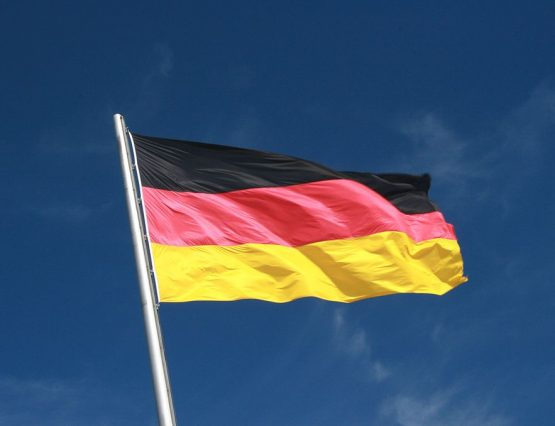1024px-German_Flag_Flying_aganist_a_Blue_Sky